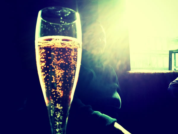 Londoners sip their first drink at 7pm and prefer champagne at Christmas photo