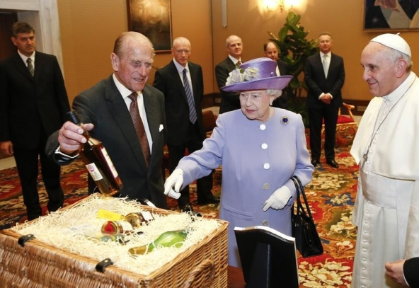 Queen Elizabeth gives Pope Francis eggs, whisky, beer at Vatican meeting photo
