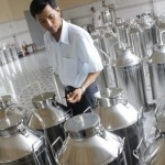 Vietnam farmer makes wine from dragon fruit to offset slumping prices photo