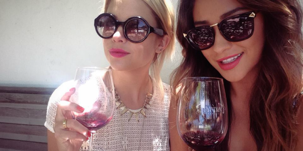 There Are 2 Types Of Women: Red Wine Drinkers And White Wine Drinkers photo