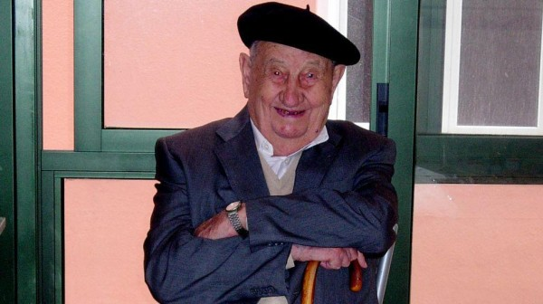 Man lives to 107 by only drinking red wine photo