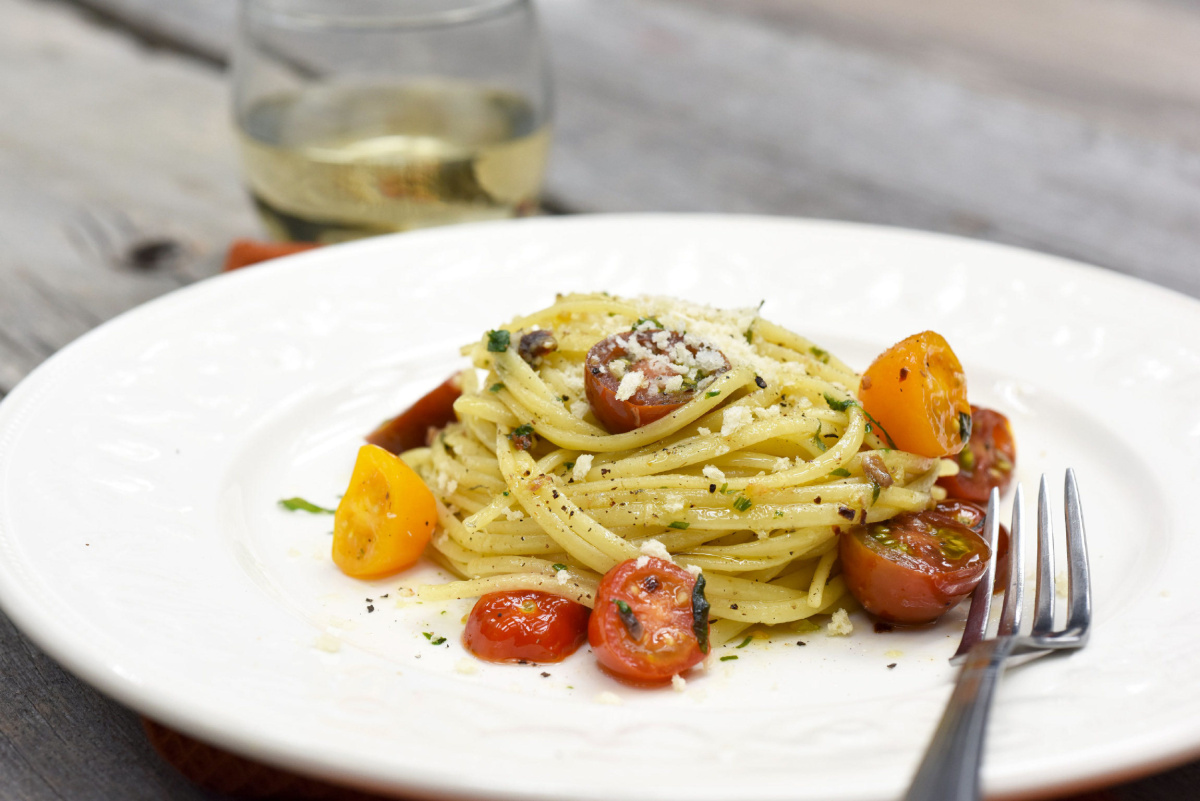 Keep It Simple With Linguine Tossed In Tomatoes And Oil: Single Adult Diner photo