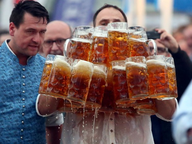 German taxman breaks record for carrying 29 beer mugs in one go photo