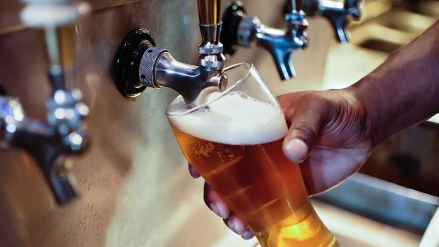 Pour the perfect pint of beer in 9 steps photo