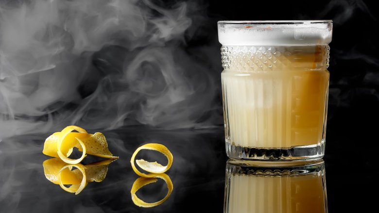 How to make a perfect Whiskey sour photo