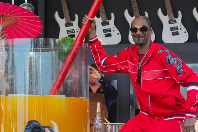 Snoop Dogg Sets Guinness World Record For Largest Gin And Juice Cocktail photo