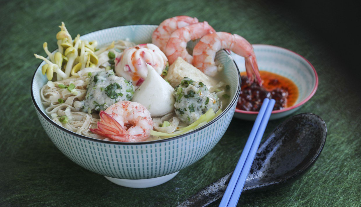 How To Make Fishball Soup With Shrimp Roe Noodles To Enjoy At Home photo