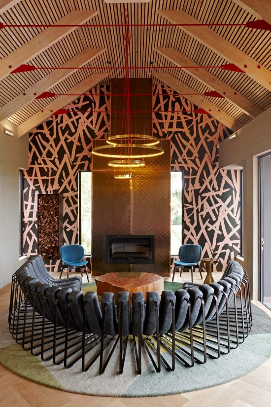 19. Kunjani Wines interior by Haldane Martin Lounge view Photos by Micky Hoyle 1100x1650 e1533713550467 A Stylish, New Look Reflects Kunjani's True Character