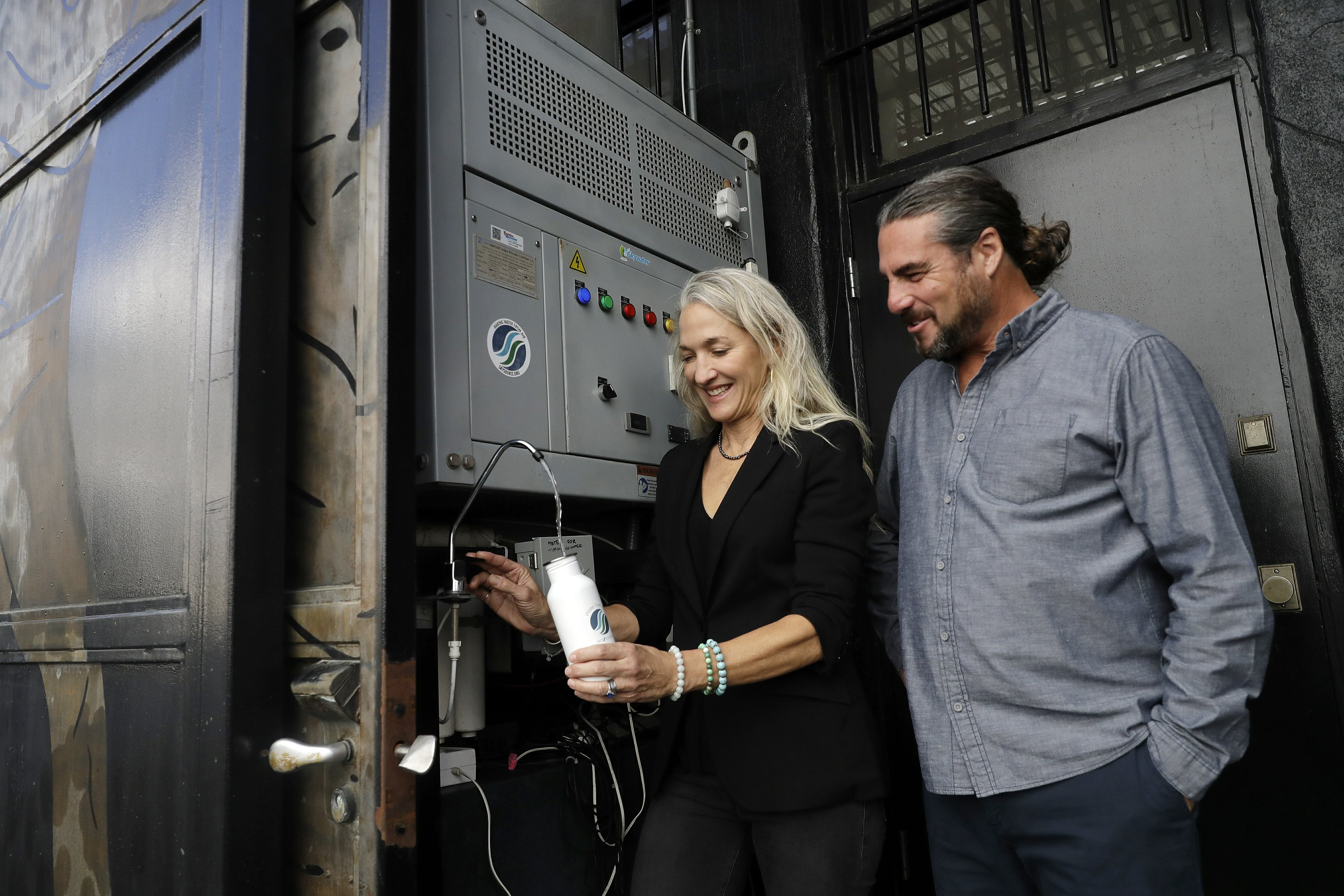 California Couple Invention Turns Thin Air Into Water photo