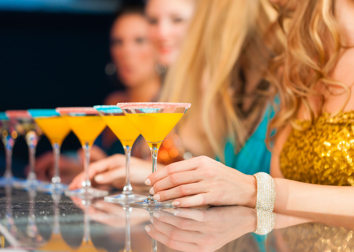 9 Things A Bartender Would Never Be Caught Dead Doing In A Bar photo