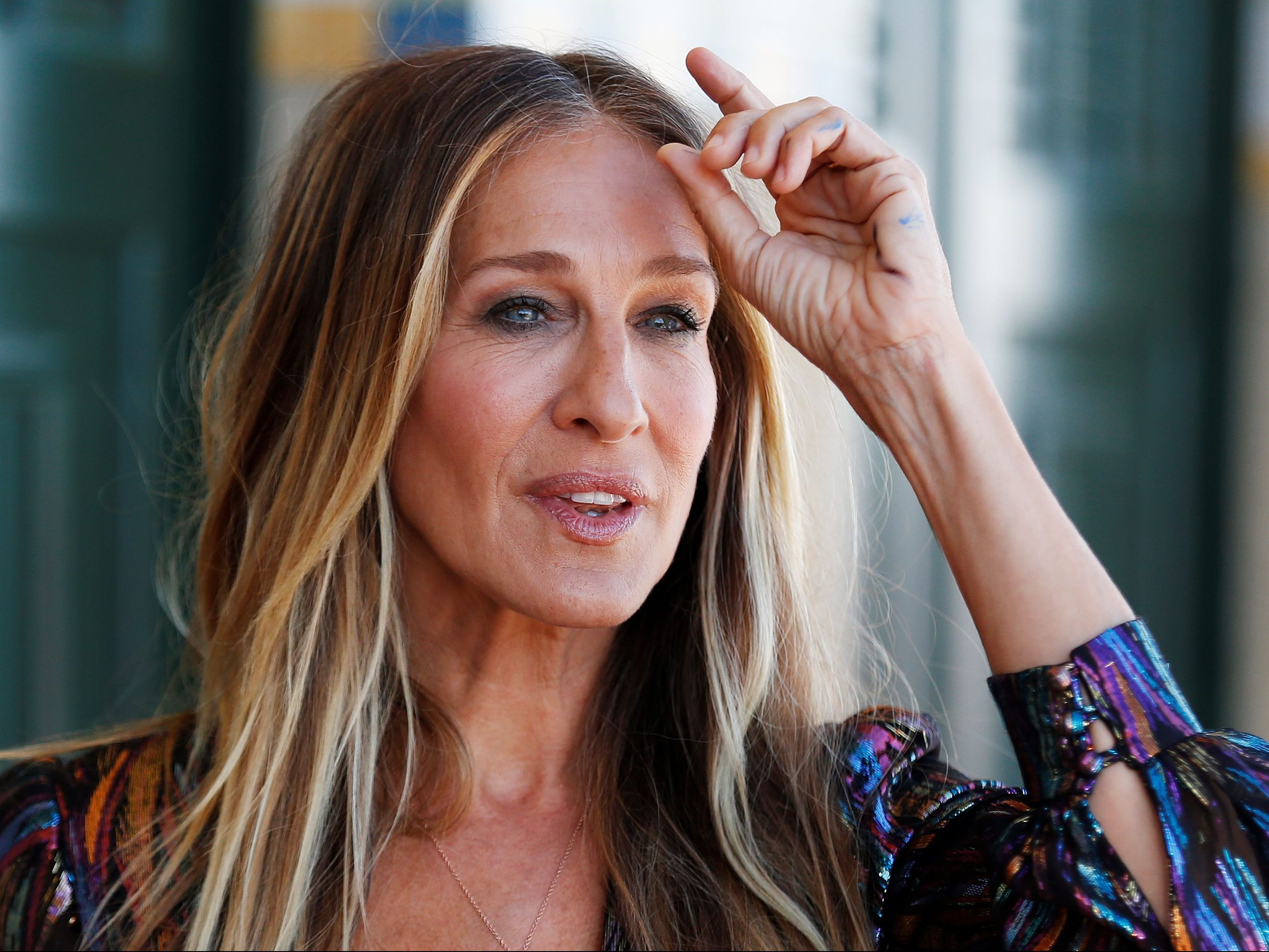 Sarah Jessica Parker Brings Back Carrie Bradshaw For Stella Artois Ad photo