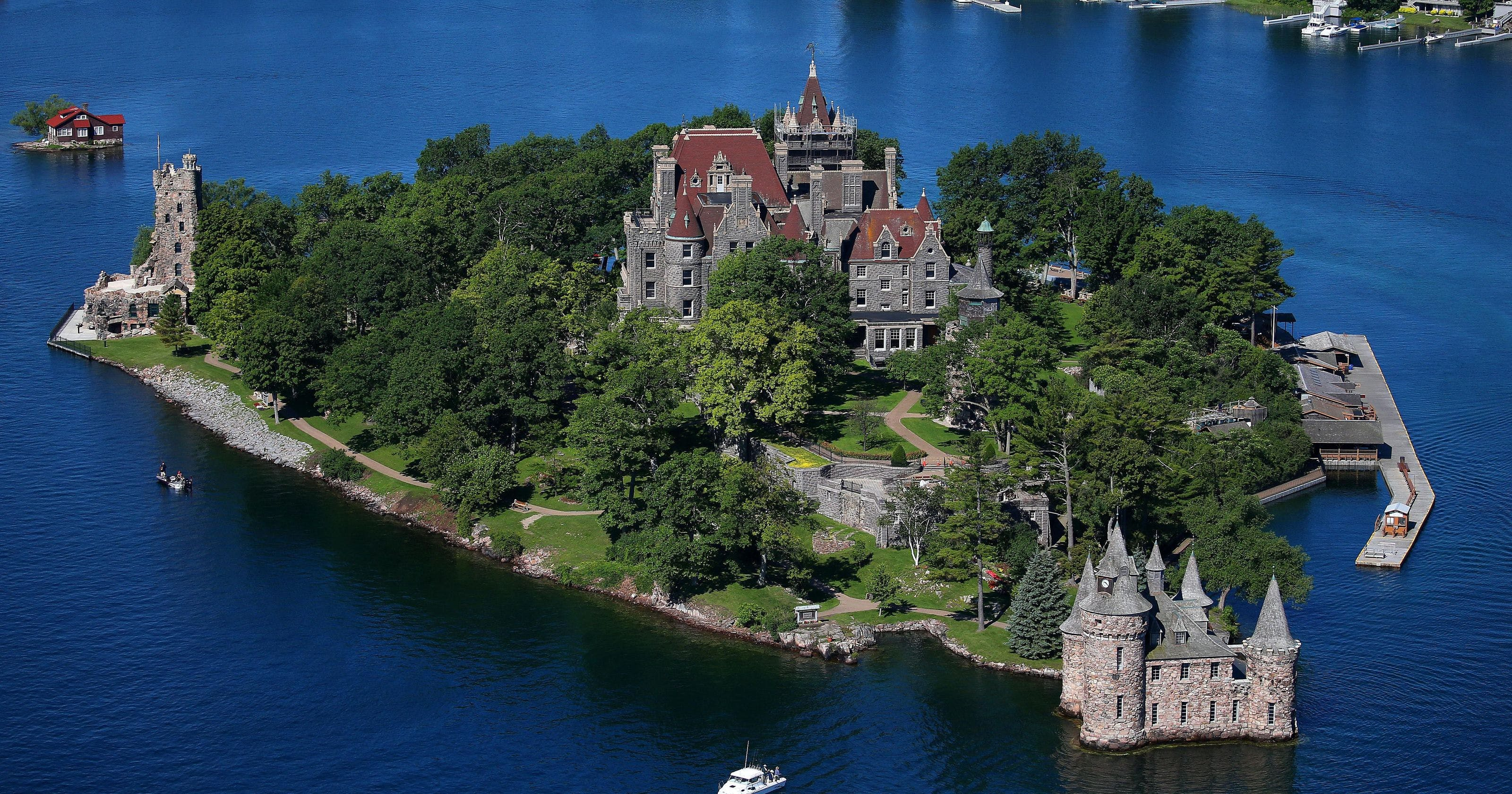 10 Awe-inspiring Castles Located In North America photo
