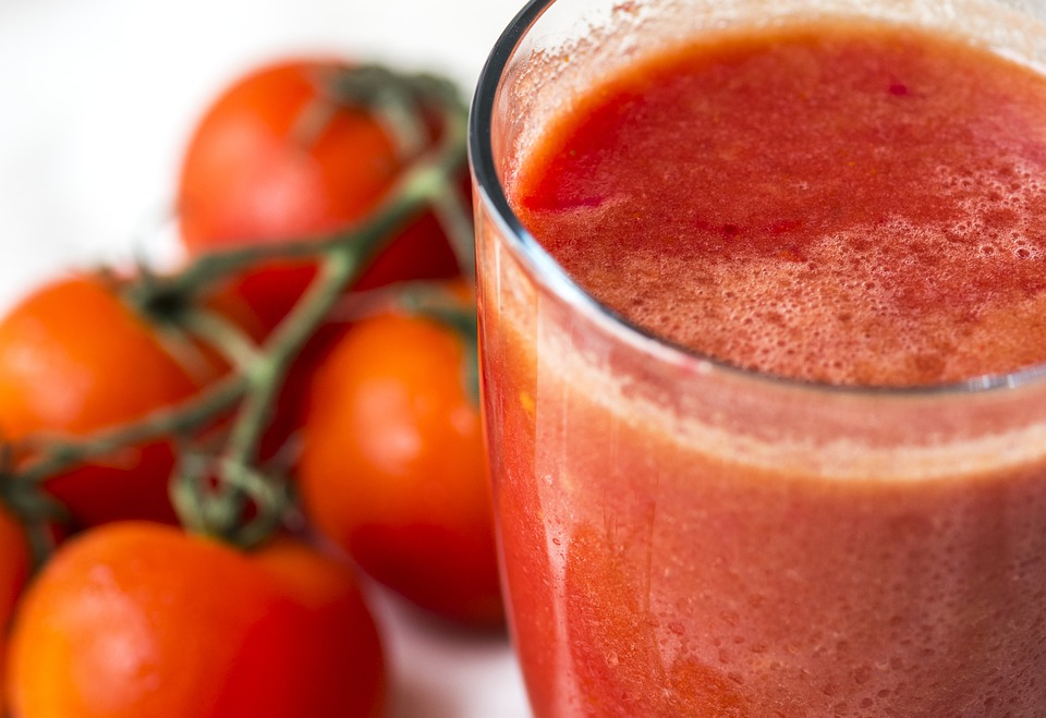 tomato juice The 3 Healthiest Fruit Juices To Drink