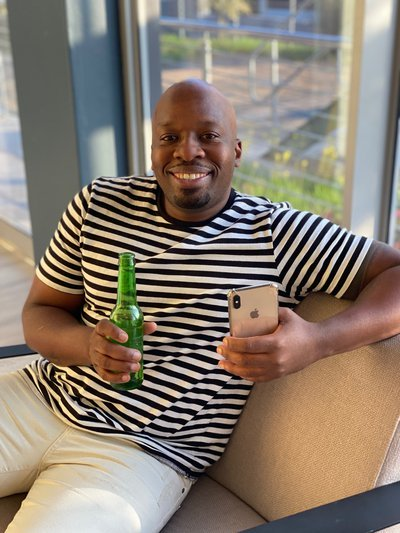 Omg: Bongani Opens A Beer Bottle With His Cellphone photo