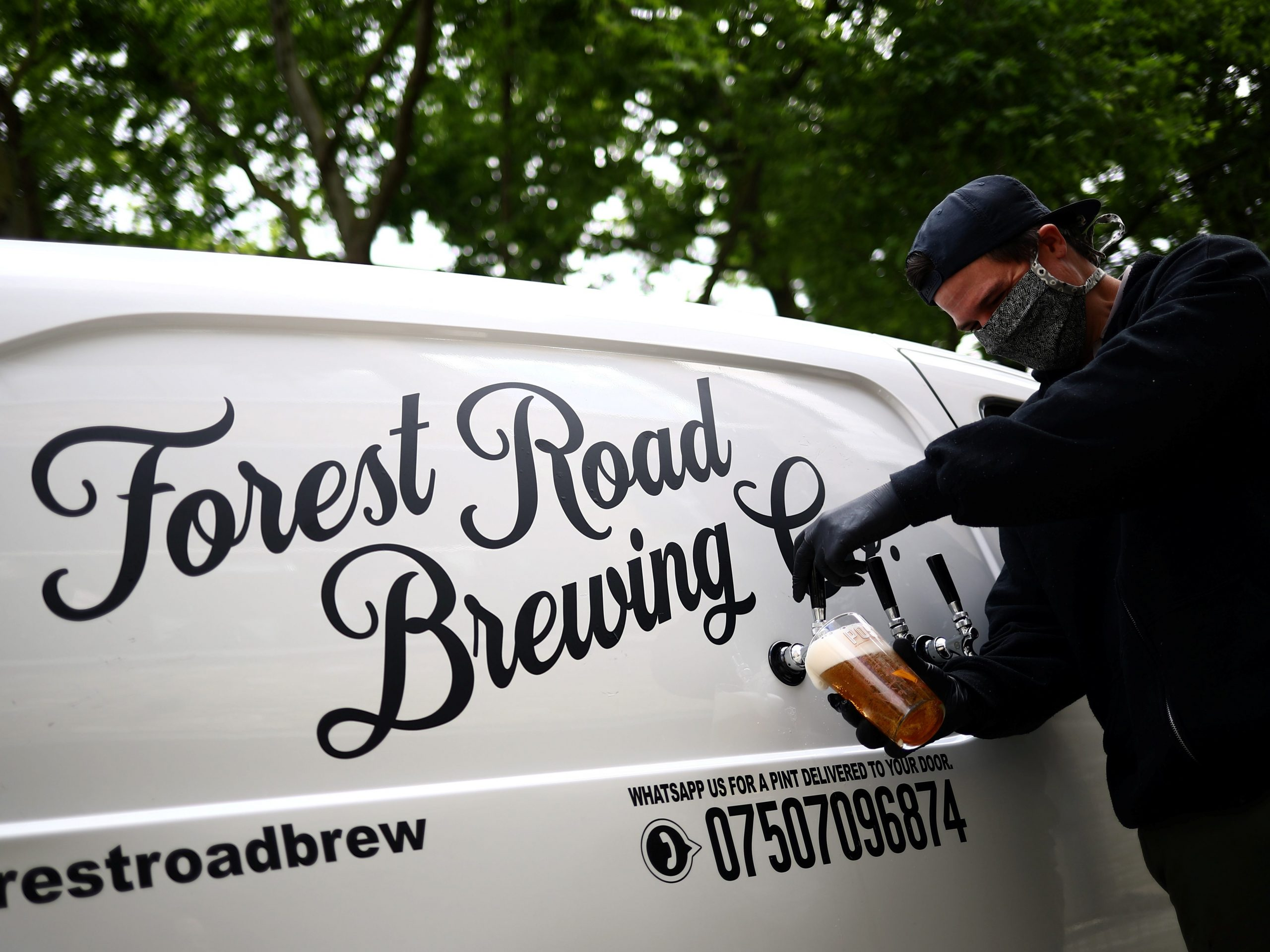 'pub-on-wheels' Pulls Pints On People's Doorsteps In London photo
