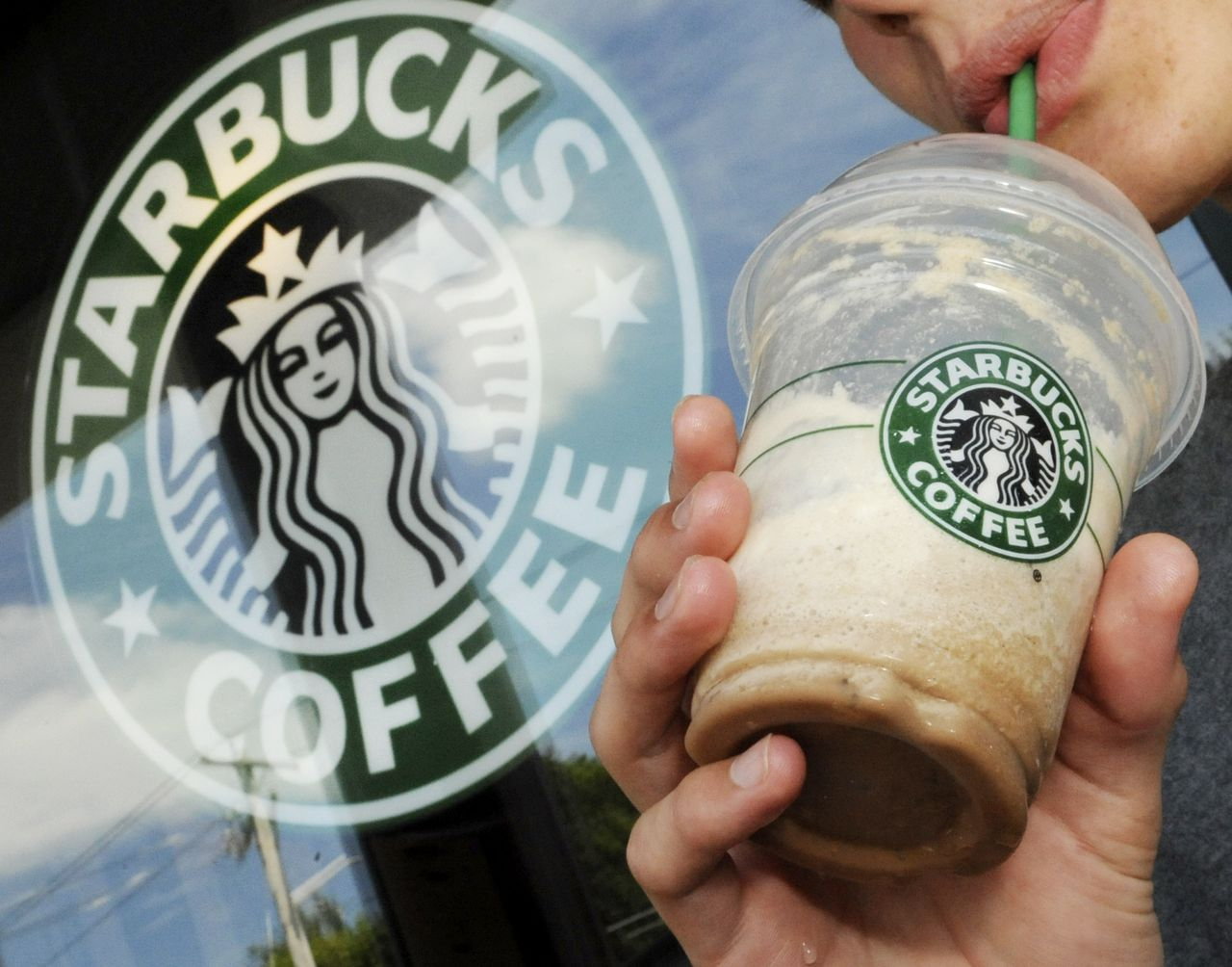 Starbucks Will Require Customers To Wear Masks In All Of Its Coffee Shops photo
