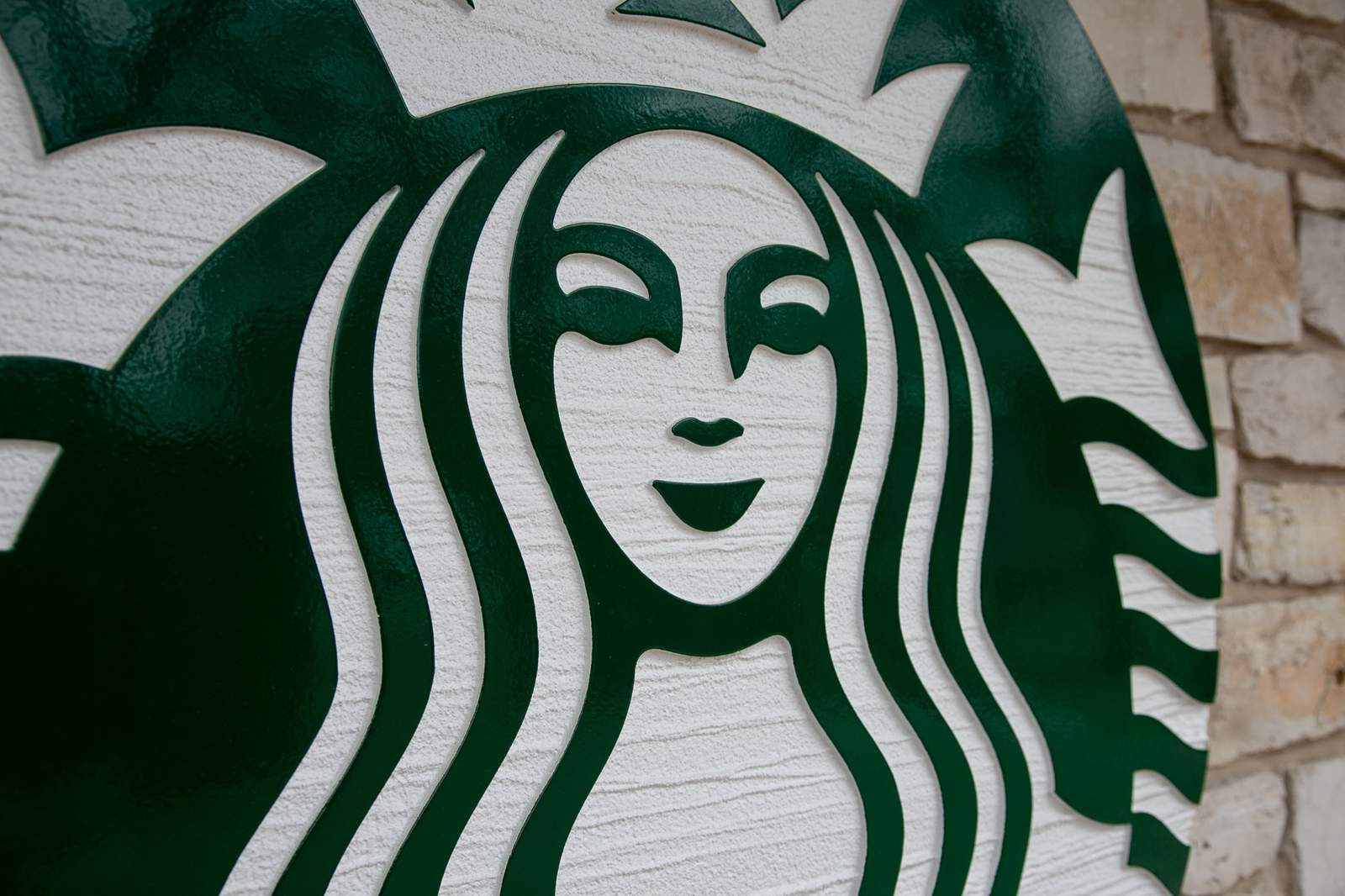 Starbucks Supports Black Barista's Response In Confrontation With Anti-mask Customer photo